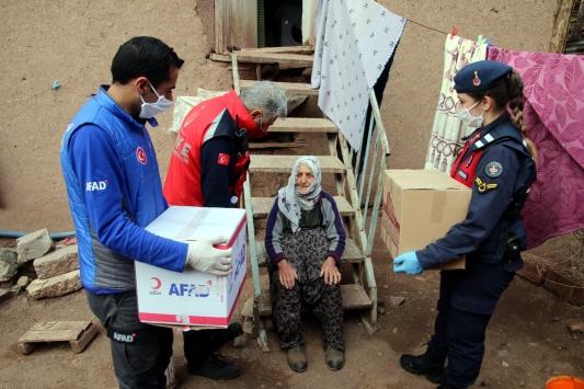 """Doğuda """"Evde kal"""" çağrısına uyan yaşlılar ve kronik hastalar için ekipler seferber oldu"""