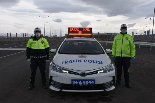 """Polis araçlarının tepe lambalarında """"Evde kal"""" uyarısı"""