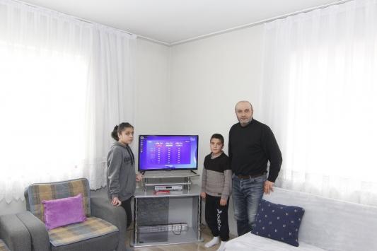 Vanda EBA-TVden derslerini takip edemeyen 2 kardeşe televizyon hediye edildi
