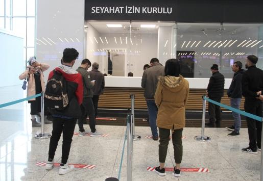 İstanbul Havalimanında yolcular seyahat izin belgesi için başvuruyor