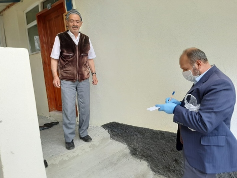Ulaşta cami imamı ücretsiz ıslak mendil dağıtıyor
