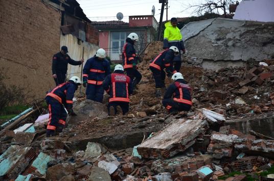 Malatyada iki katlı metruk bina çöktü
