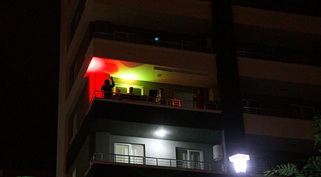 Samsunda gençler balkon konseriyle evde kal çağrısı yaptı