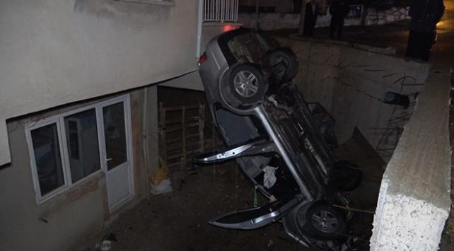 Denizlide hızını alamayan otomobil evin bahçesine düştü