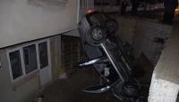Denizli'de hızını alamayan otomobil evin bahçesine düştü