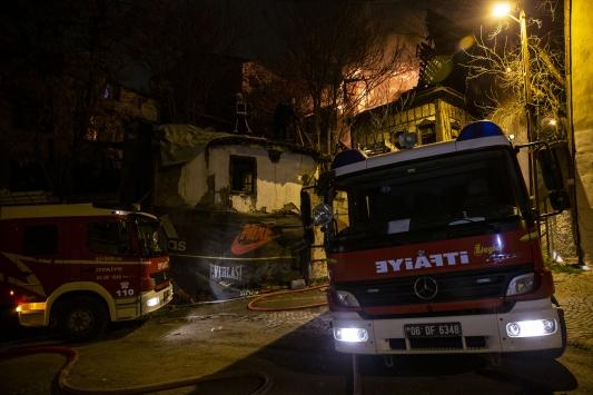 Başkentte 2 eski konak yandı