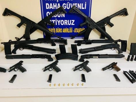 Silah ticareti yaptıkları iddiasıyla gözaltına alınan 3 şüpheli tutuklandı