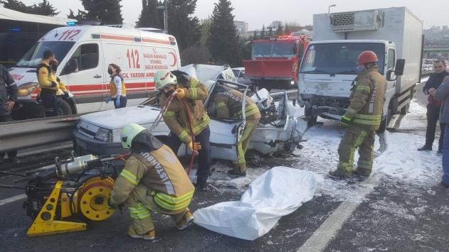 Bakırköydeki trafik kazasında otomobil sürücüsü hayatını kaybetti