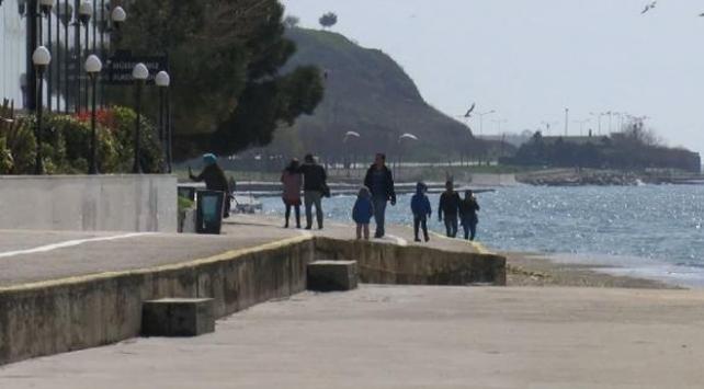 Yasaklara uymadılar, barikatları kaldırıp sahilde yürüyüş yaptılar