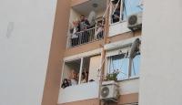 İzmirliler balkon ve pencerelerde dans ederek eğleniyor