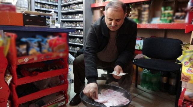 Ordulu bakkal koronavirüse karşı paraları suda kaynatıyor