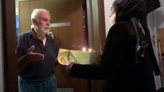 Evden çıkamayan yaşlı vatandaşa doğum günü sürprizi