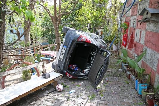 Adanada otomobil evin bahçesine devrildi: 2 yaralı