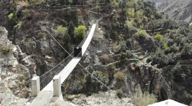 Zeytincik köyü sakinleri demir kapıyla koronavirüsten korunuyor