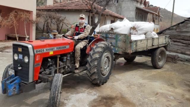 Jandarma karantinadaki köye traktörle saman götürdü