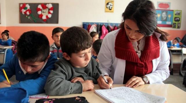 Bakan Albayraktan ücretli öğretmenlere müjde