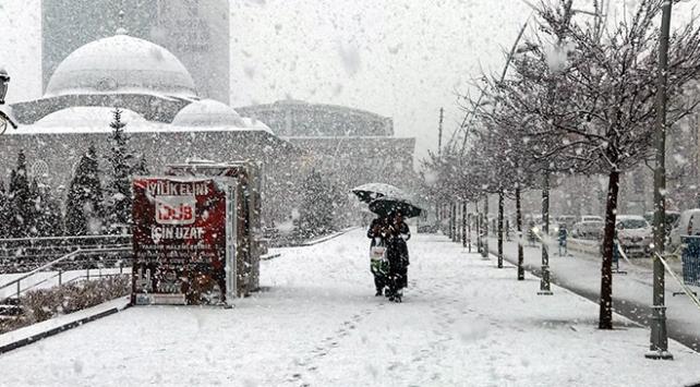 Yoğun kar yağışı Erzurumu beyaza bürüdü