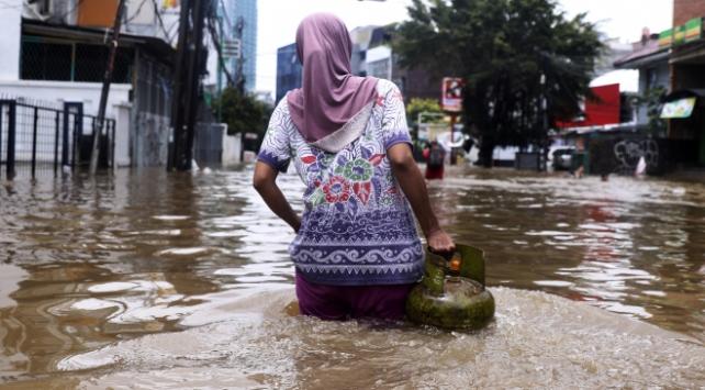 Endonezyada sel 100 binden fazla kişiyi etkiledi