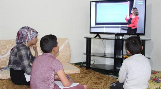 Hakkaride uzaktan eğitimi takip edemeyen 2 kardeşe televizyon hediye edildi