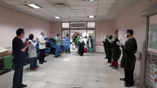 Koronavirüsü yenen 20 kişi alkışlarla taburcu edildi