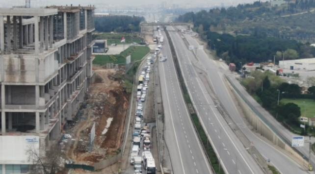 İstanbulun çıkışındaki araç kuyruğu havadan görüntülendi
