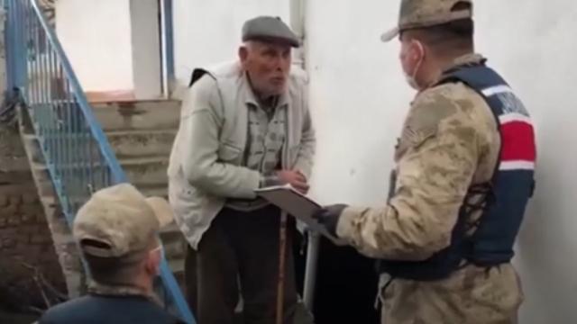 Önce tekmil verdi sonra askerlik anılarını anlattı