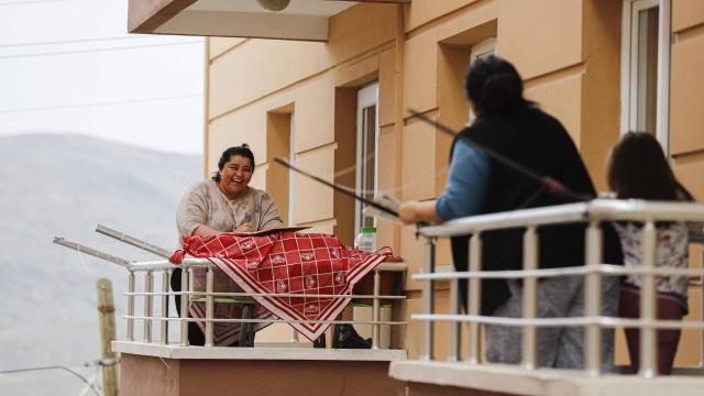 Balkondan balkona isim-şehir oynayıp, türkü söylediler
