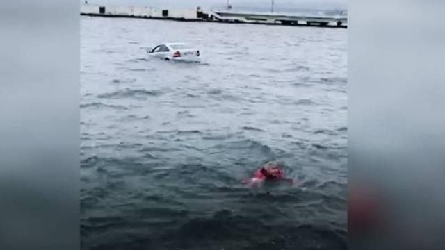 Otomobil denize düştü, sürücü yüzerek kurtuldu