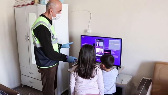 TRT EBA TV'den derslerini takip edemeyen öğrenciye hediye televizyon