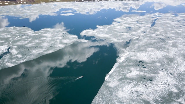 Buzları çözülen Nazik Gölü'nün muhteşem manzarası havadan görüntülendi