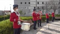 Belediye bandosundan karantinadaki vatandaşlara moral konseri