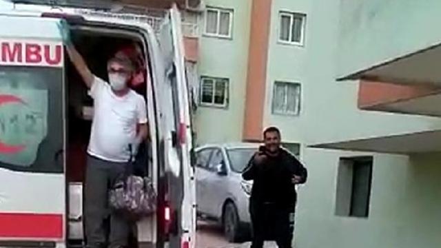 Koronavirüsü yendi, komşuları tarafından alkışlarla karşılandı