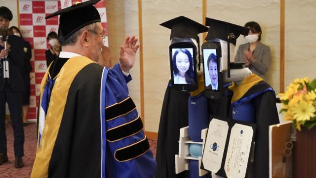 Japonya'da mezuniyet töreninde öğrencilerin yerini robotlar aldı