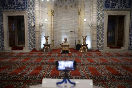 Selimiyedeki kandil programı sosyal medyadan canlı yayınlandı