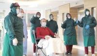 Virüsü yenen hasta alkışlarla taburcu edildi