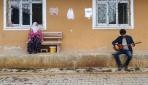 Bağlamasıyla sokak sokak dolaşıyor, yaşlılara konser veriyor