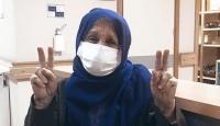 Koronavirüsü yenen yaşlı kadın alkışlarla taburcu edildi