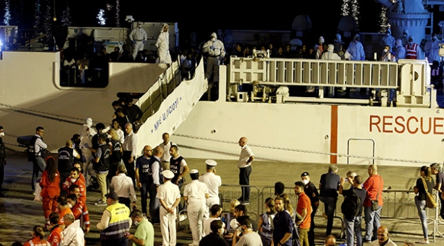 İtalya, limanlarını düzensiz göçmenlere kapatıyor