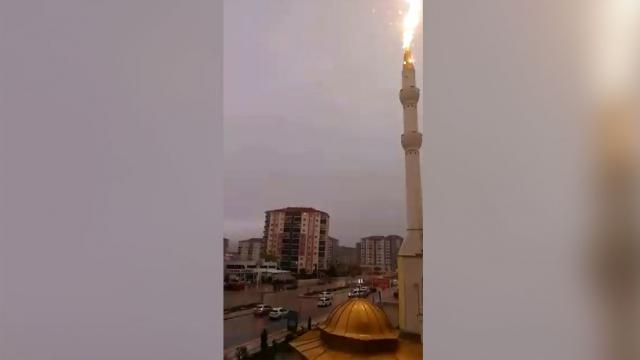 Minareye yıldırımın düşme anı kamerada