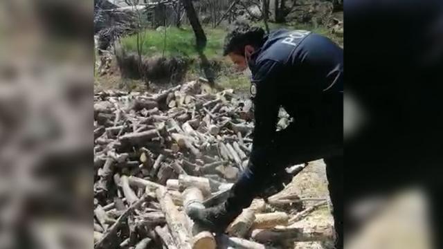 Yaşlı adamın odunlarını polis kesti