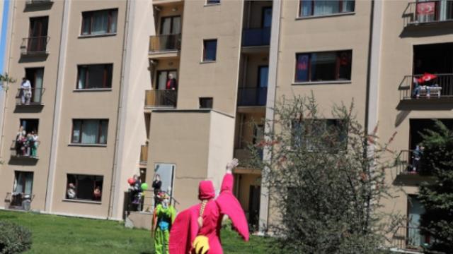 Evde kalan minikler için sokaktan moral gösterileri devam ediyor