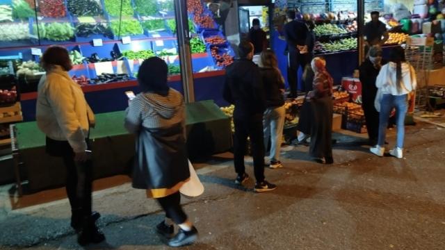Sokağa çıkma yasağının ardından vatandaşlar marketlere akın etti