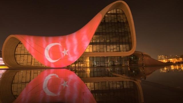 Haydar Aliyev Merkezine Türk bayrağı yansıtıldı