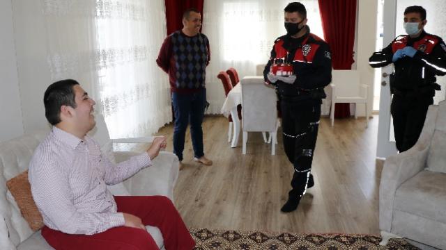 Polislerden engelli gence pastalı sürpriz