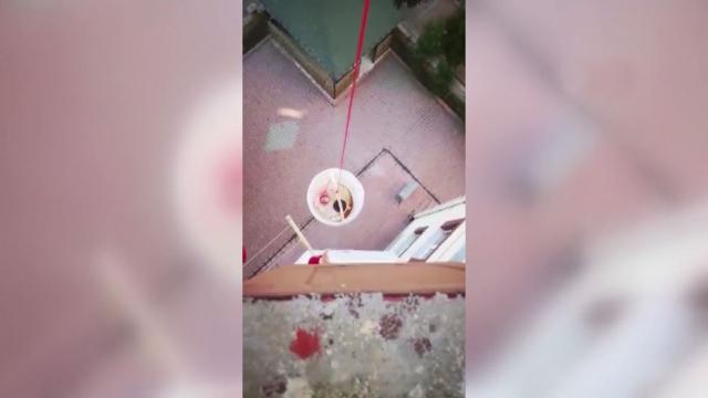 Pişirdiği kahveleri balkondan komşularına sarkıttı