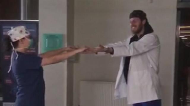 Sağlık çalışanı çift düğün danslarını hastanede yaptı