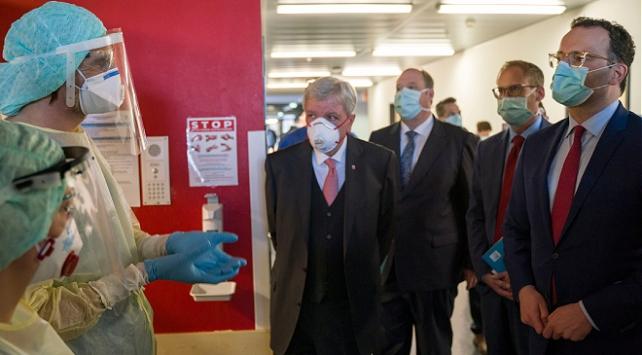 Almanya Sağlık Bakanı sosyal mesafeyi hiçe saydı
