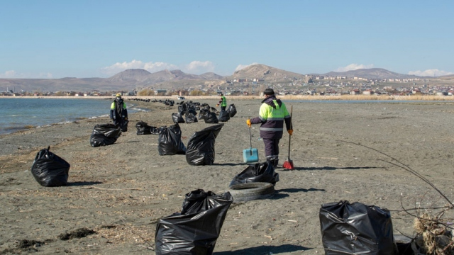 Van Gölü sahilinden 40 ton çöp toplandı