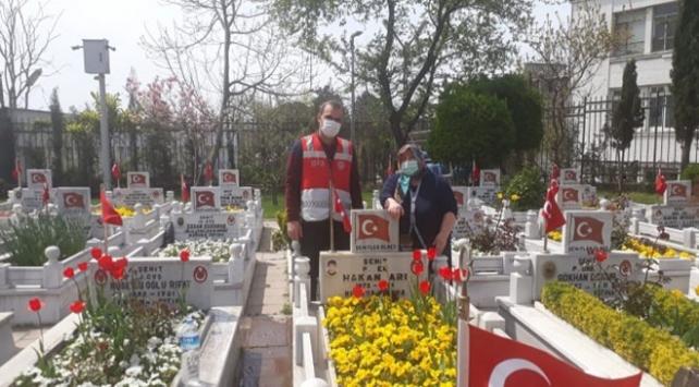 Vefa ekipleri şehit annesini oğlunun mezarına götürdü