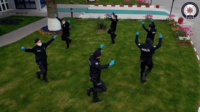 Zeybek oynayan polis ekipleri vatandaşlara moral verdi